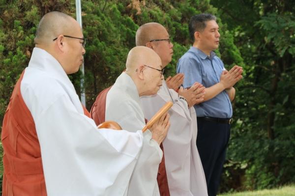추모다례재에 앞서 만해 스님의 묘를 참배하는 선학원 임원진들.